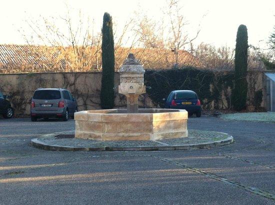 La Bastide du Roy Rene: fontana