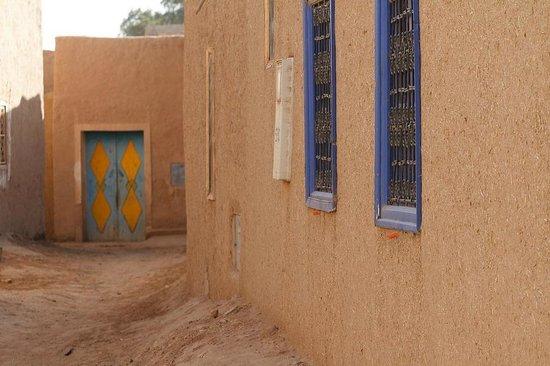 Chez Youssef: Синие окна отеля, вид с улицы