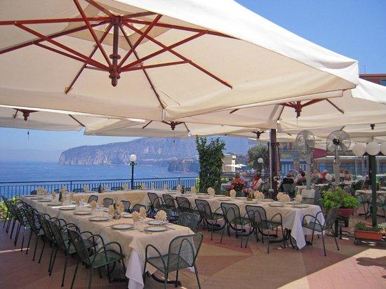 Ristorante con vista sul Vesuvio - Picture of Terrazza delle Sirene ...