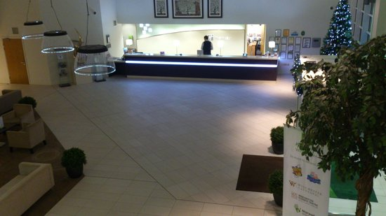 Holiday Inn Winchester : Reception desk - view from internal balcony