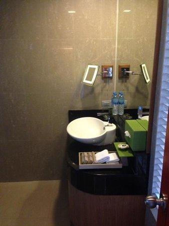 The Senses Resort & Pool Villas: bathroom of deluxe sea view