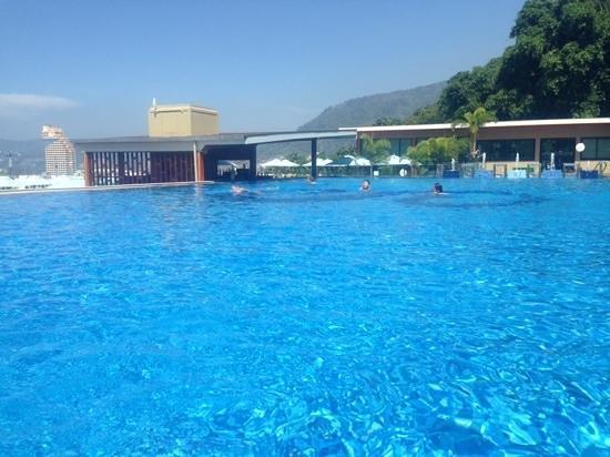 The Senses Resort : great big infinity pool with swim up bar