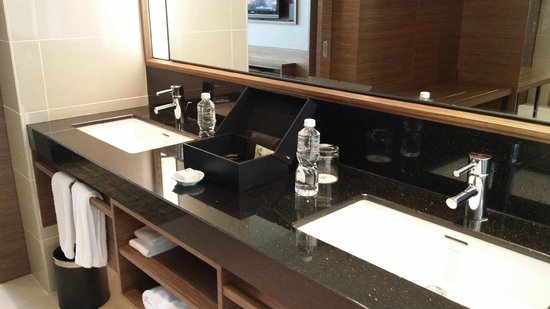 Renaissance Johor Bahru Hotel: Nice Bathroom