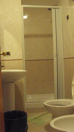 Hotel Zara: baño