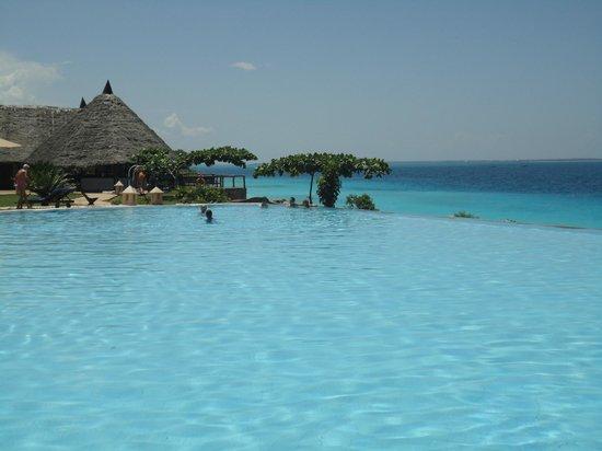 Royal Zanzibar Beach Resort: La piscine à débordement, une vue imprenable sur l'océan