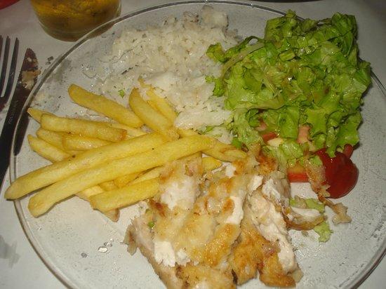 O Barco : peixe na chapa con ensalada y arroz