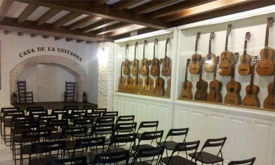 Casa de la Guitarra: Sala Espectáculo flamenco con exposición de guitarras