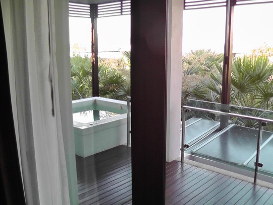 Wyndham Sea Pearl Resort Phuket: вид из номера на балкон