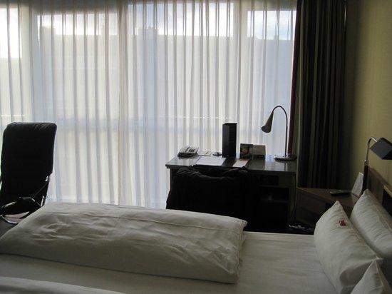 NH Düsseldorf City: Zimmer zur Straßenseite