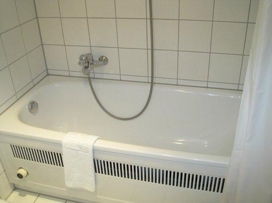 NH Düsseldorf City: Bad mit Vorhang