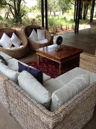 Black Rhino Game Lodge: salon exterieur