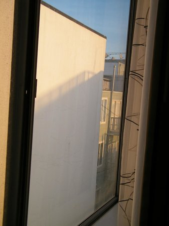 Best Western Plus Americania : if you put your head up agains the glass and looked to the right you could see the city