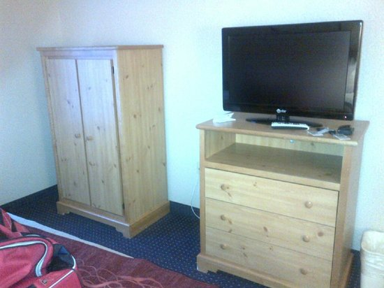Santa Fe Comfort Inn: flat screen tv and a place to hang your clothes
