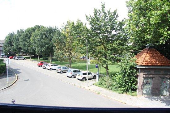 Hotel Pastis: Вид с балкона на парковку