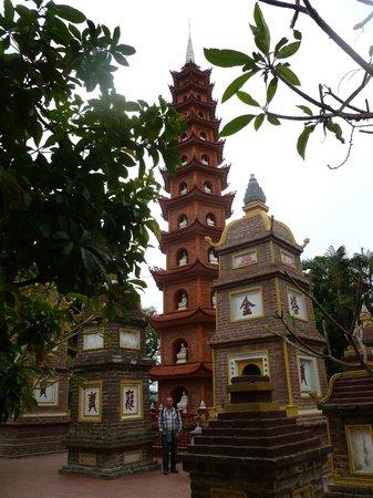 VietLong Travel: Hanoi, Vietnam: Trấn Quốc Pagoda