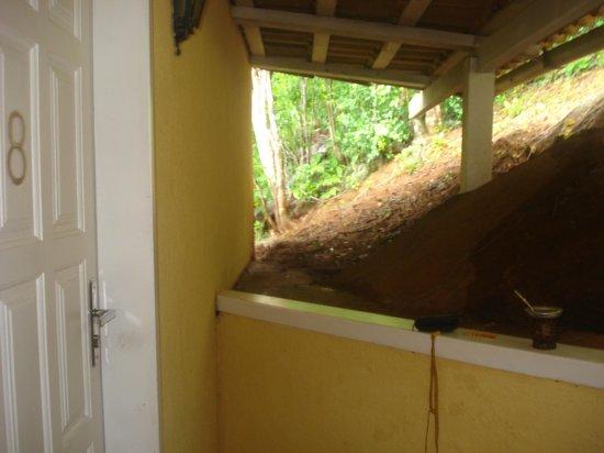 Posada Villa Mercedes: la entrada horrible llena de arañas...