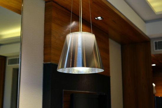 Crowne Plaza New Delhi Rohini: I liked the desk lamp design very much