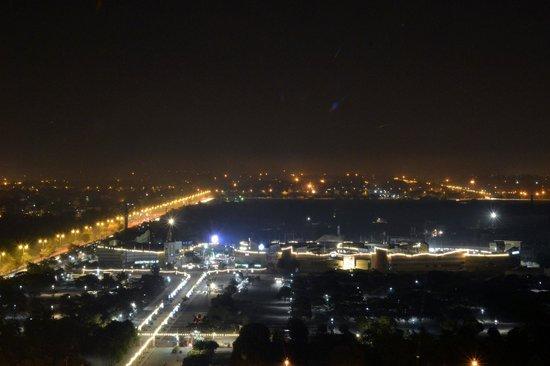 Crowne Plaza New Delhi Rohini: Night view from room