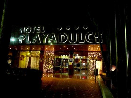 Playadulce Hotel: Entrada del hotel, noche