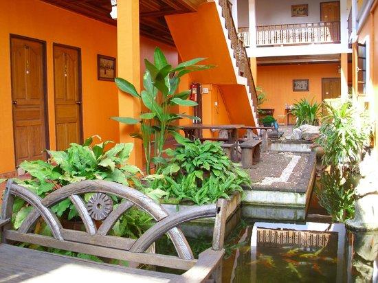 Rungaran de Challet: Small tropical garden with fish pond