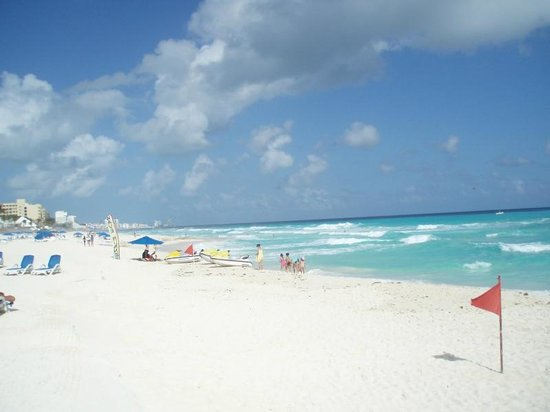 Golden Parnassus All Inclusive Resort & Spa Cancun: Great surf for swimming in posted areas