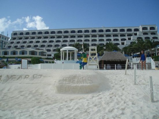 Golden Parnassus All Inclusive Resort & Spa Cancun: Hotel view from beach