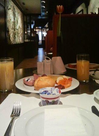 Dom Hotel Am Roemerbrunnen : Завтрак.