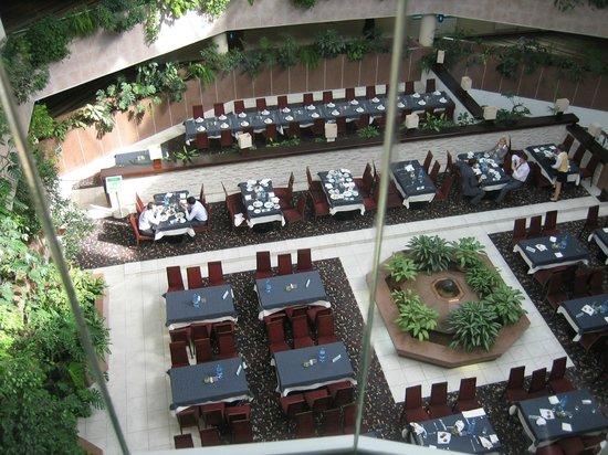 Holiday Inn Moscow Vinogradovo : Вид из лифта на места для еды