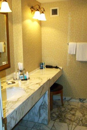 Omni Mandalay Hotel at Las Colinas: Marble Counter Tops in Bathroom