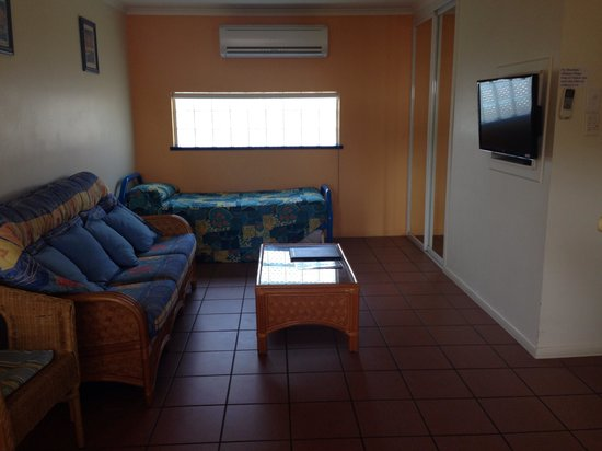 Driftwood Motel & Holiday Units: Unit 3, very cool and clean. Living area with wardrobe for extra storage, single bed with roll a