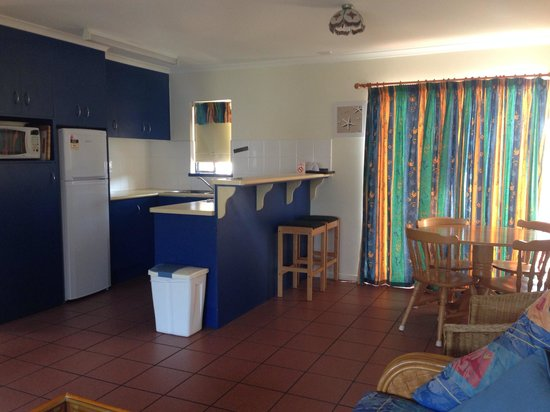 Driftwood Motel & Holiday Units: Unit 3 kitchen and dining area