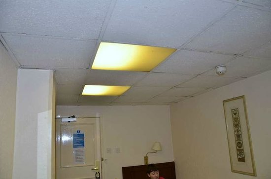 Bayswater Inn: Loshangende plafondpanelen op kamer