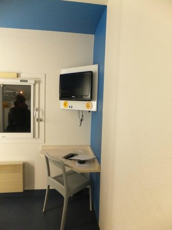 hotelF1 Orange Centre Echangeur A7 A9 : television de la habitacion