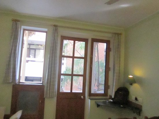 Om Niwas: room with balcony, had a clothes stand too