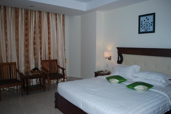 Green Palace Hotel: Bed and sitting area
