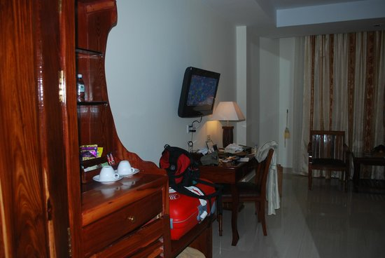 Green Palace Hotel : Work area with mini bar