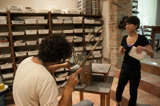 Florence Custom Tours: demonstration of the art of stone cutting decoration