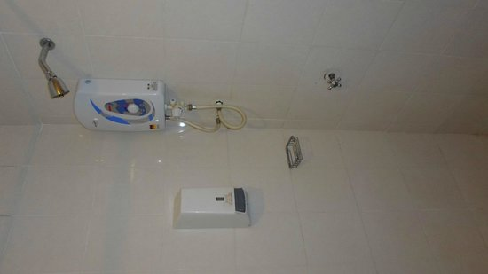 JB Central Hotel: Standing shower with really weak water pressure