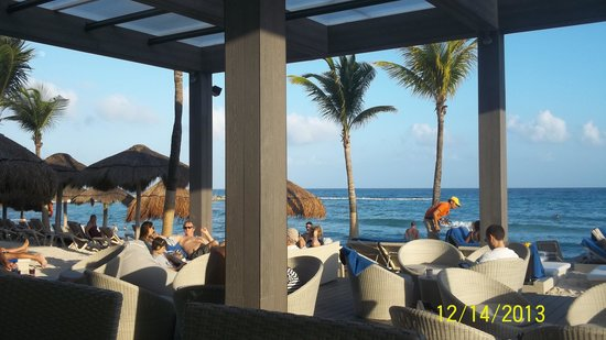 Catalonia Riviera Maya : Privleged bar by the beach. love the bean bags