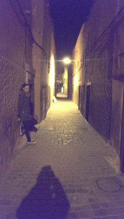 Riad Sidi Mimoune : Alley at night