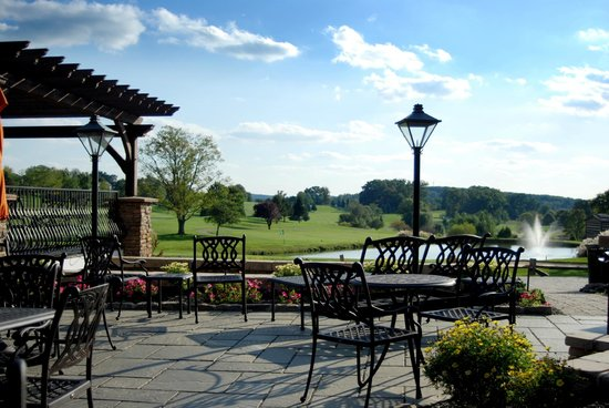 Knickers Pub: Enjoy views of the golf course from our expansive patio.