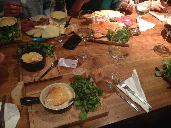 Aux Quatre Coins du Vin: Cambert roti planche individuelle mixte et tartine saumon