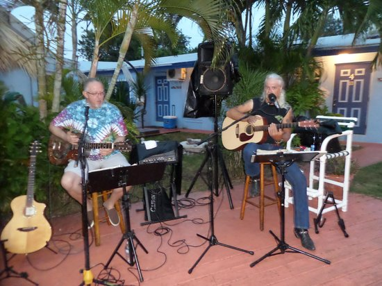 Conch on Inn Motel: Bustin Strings played for us!!