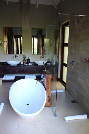 Lake Duluti Lodge: big bathroom!