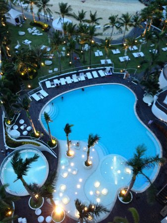 Movenpick Hotel Mactan Island Cebu: View of pool at night from balcony
