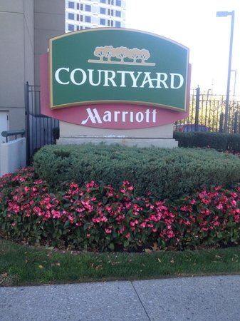Courtyard by Marriott New York JFK Airport: outside sign