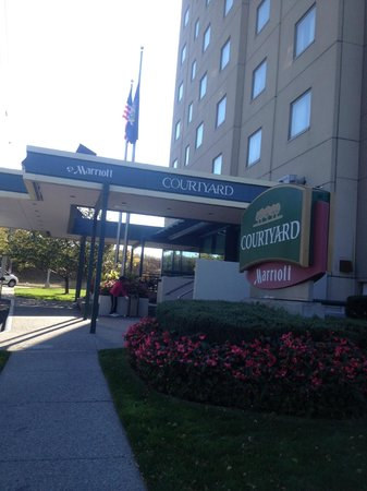 Courtyard by Marriott New York JFK Airport: outside sideview