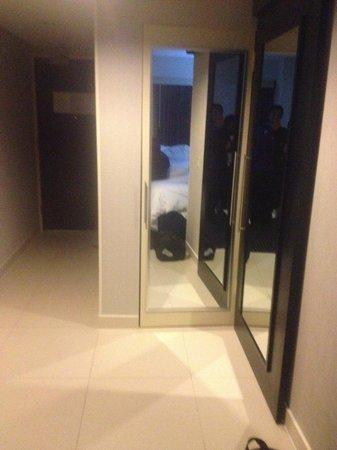 Courtyard New York JFK Airport: sliding door to bathroom