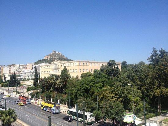Amalia Hotel: Вид на парк и здание правительства