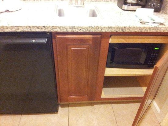 marriotts grande vista kitchen area mini fridge microwave coffee maker glasses - Kitchen Etc